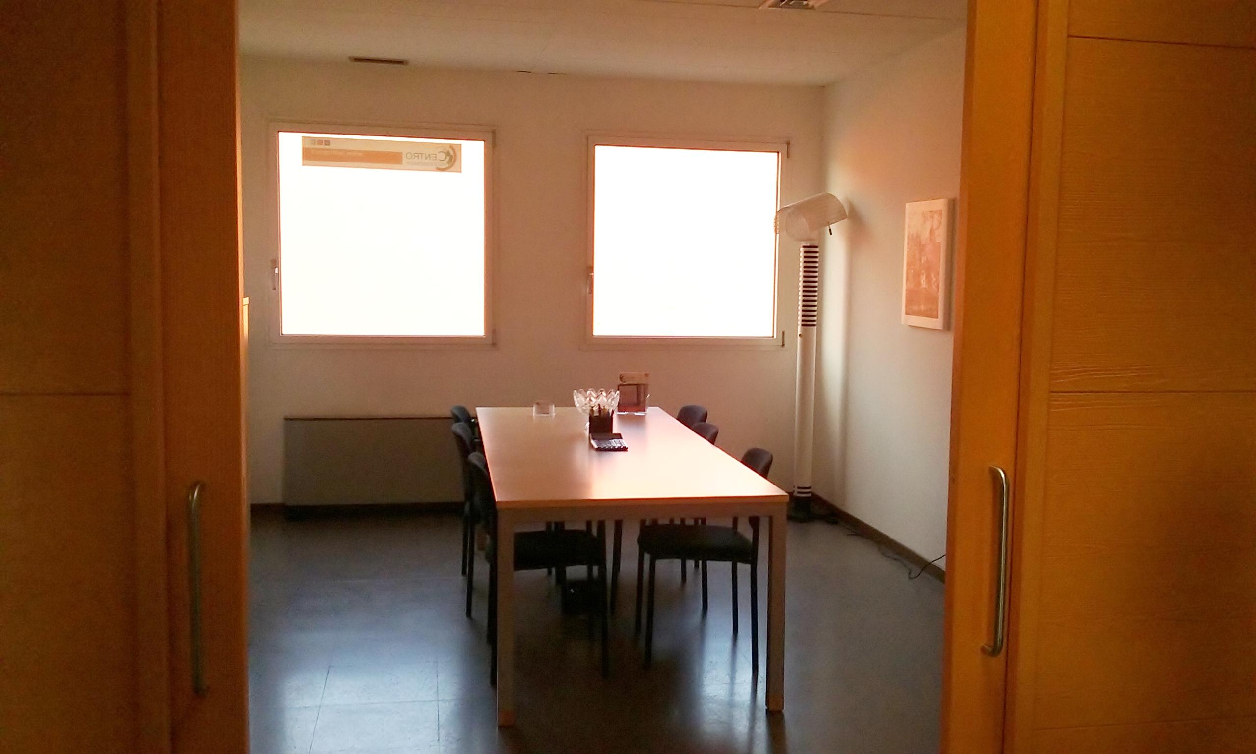 centro-coworking-sala-riunione-arancio4